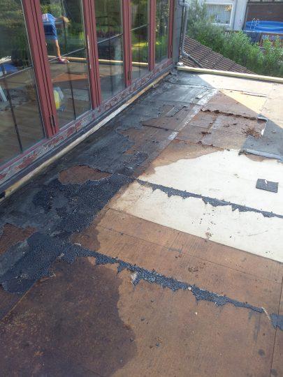 Aufgeweichte OSB-Platten durch Wasserschaden