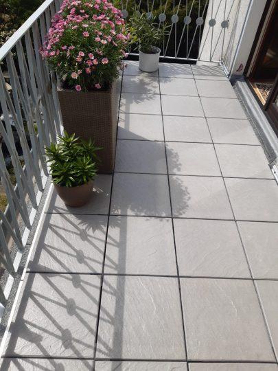 Balkon mit Außenplatten belegt