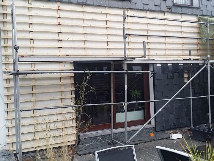 Lattung wird an der Fassade angebracht