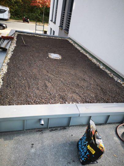 Substrat- und Kies-Schüttung auf der Garagenfläche