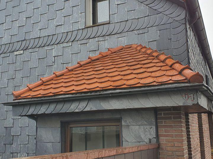 Individuell gestaltetes Vordach mit Biberschwanz-Ziegeln