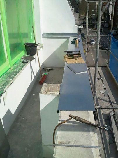 Aufbringen der Metallabdeckung auf die Mauerkrone