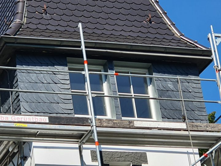 Turmflächen mit Schuppenschiefer und Doppel-Endort bekleidet